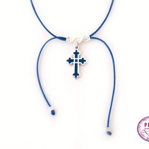 Τσόκερ με ασημί βυζαντινό σταυρό και δέσιμο μακραμέ. Ο σταυρός είναι διακοσμημένος με πολυμερικό πηλό σε μπλε μεταλλικό χρώμα.