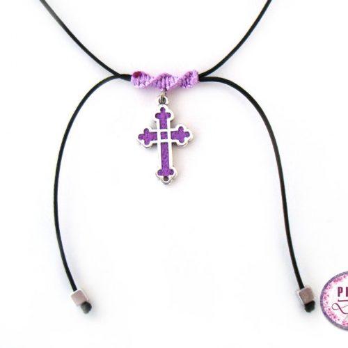 Τσόκερ με ασημί βυζαντινό σταυρό και δέσιμο μακραμέ. Ο σταυρός είναι διακοσμημένος με πολυμερικό πηλό σε μοβ χρώμα.